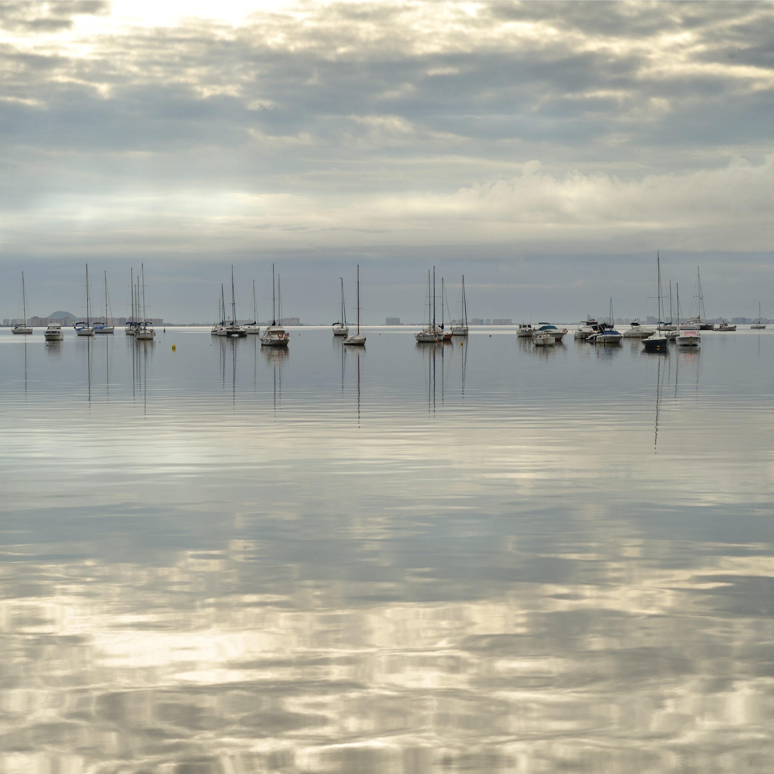 Embarcaciones deportivas en un día sin viento.